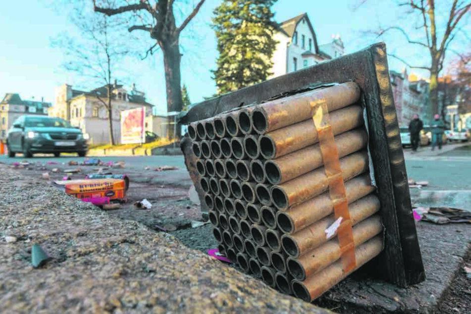 An der Augustusburger Straße lagen am Donnerstag noch einige Batterien und Böller.