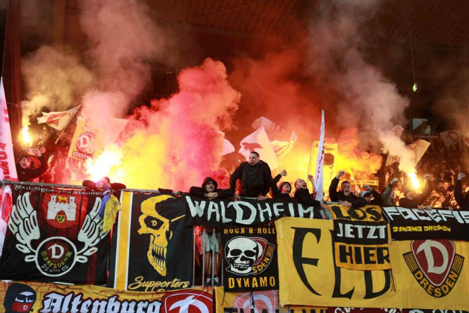 Beim Auswärtsspiel in Braunschweig zündeten Dresdner Fans verbotenerweise Pyrotechnik.