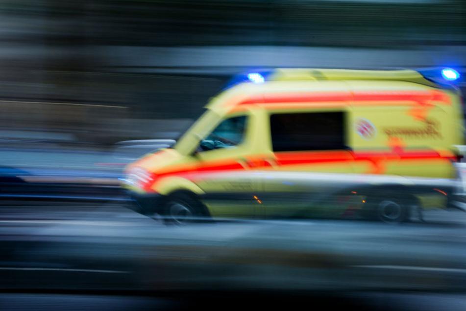 Die heftig blutende Kopfwunde des Opfers musste im Krankenhaus genäht werden. (Symbolbild)