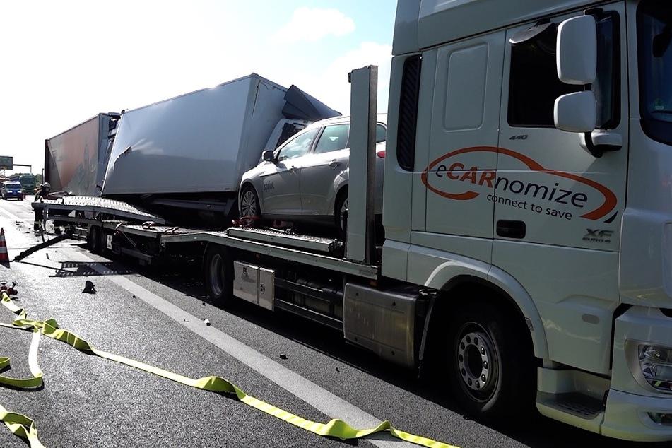 Das Unfallfahrzeug schob den vor ihm stehenden Laster auf einen Autotransporter.
