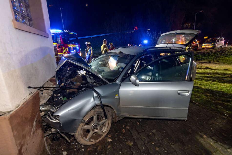 Kein Führerschein, aber betrunken: Autofahrer kracht frontal in Haus!