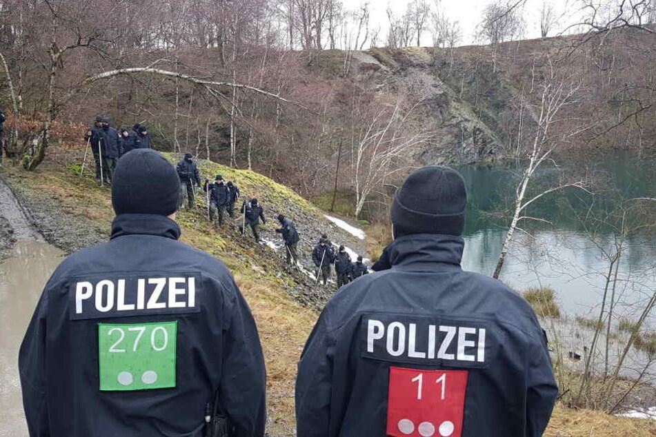 Mindestens 100 Polizisten suchen den Fundort nach weiteren Hinweisen ab.