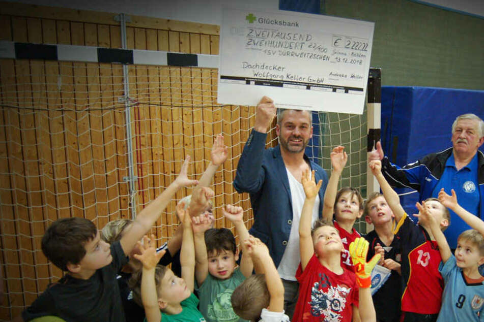 Pünktlich zu Weihnachten: Dachdecker spendet 2000 Euro an Fußballverein