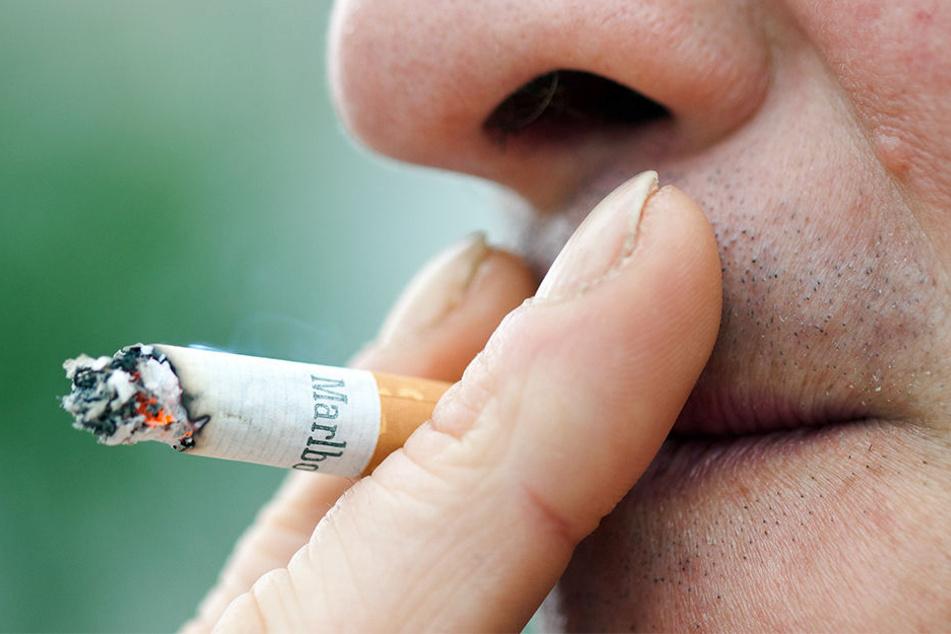 Rauchend stand der 31-Jährige an den geöffneten Zug-Türen. (Symbolbild)