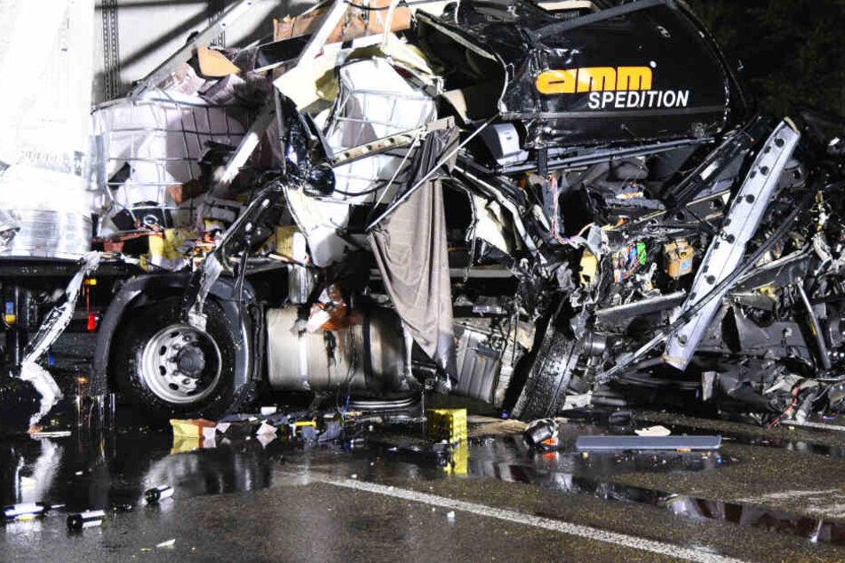 Beide Lkw-Fahrer wurden bei dem Unfall schwer verletzt.