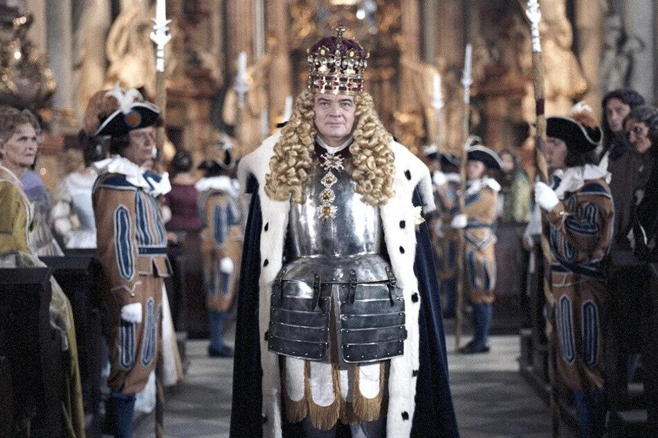 In sechs Teilen erzählt die Serie von Aufstieg und Fall des sächsischen Königshauses im 18. Jahrhundert. Dietrich Körner verkörpert August II., der Starke (hier bei der Krönung).