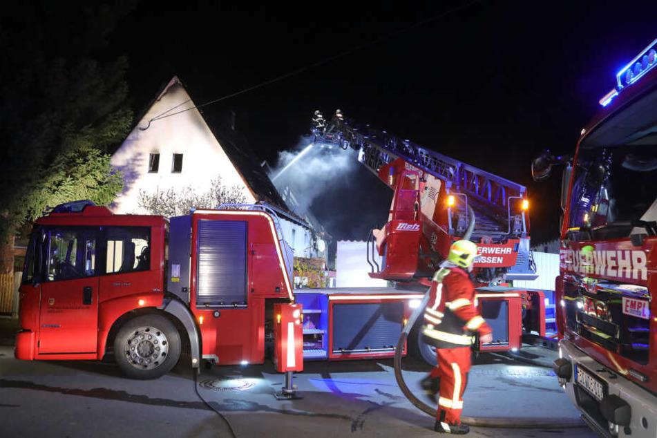 Bis in die Nacht löschten die Kameraden das Feuer.