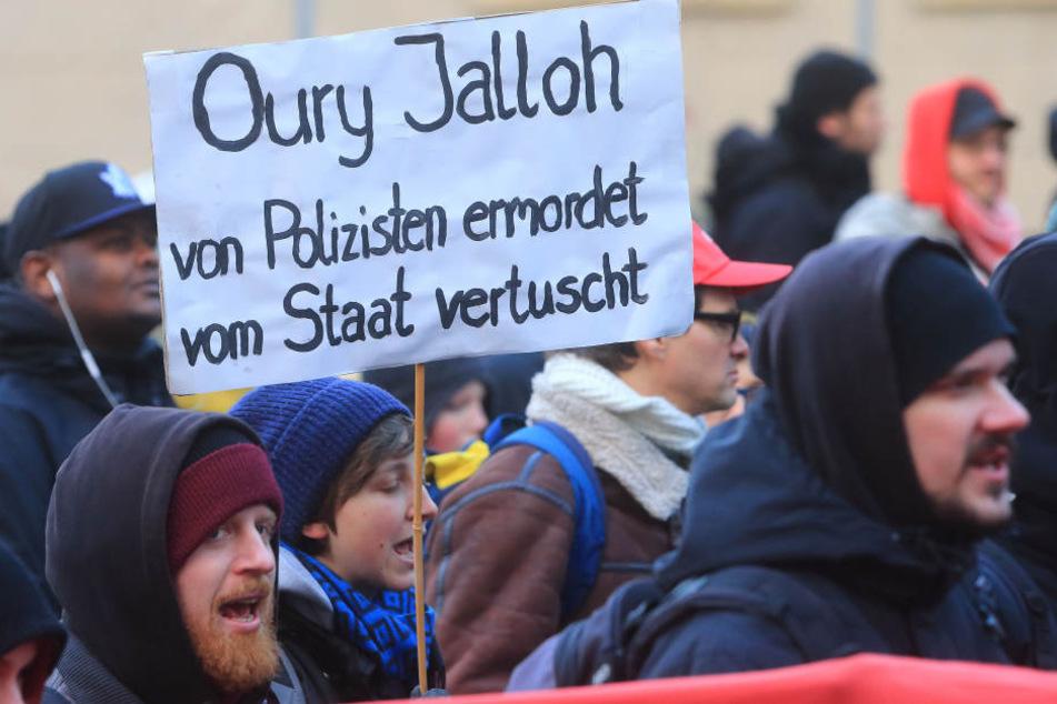 In Halle (Saale) fordern Aktivisten am Samstag die Aufklärung des Todes von Oury Jalloh. (Archivbild)