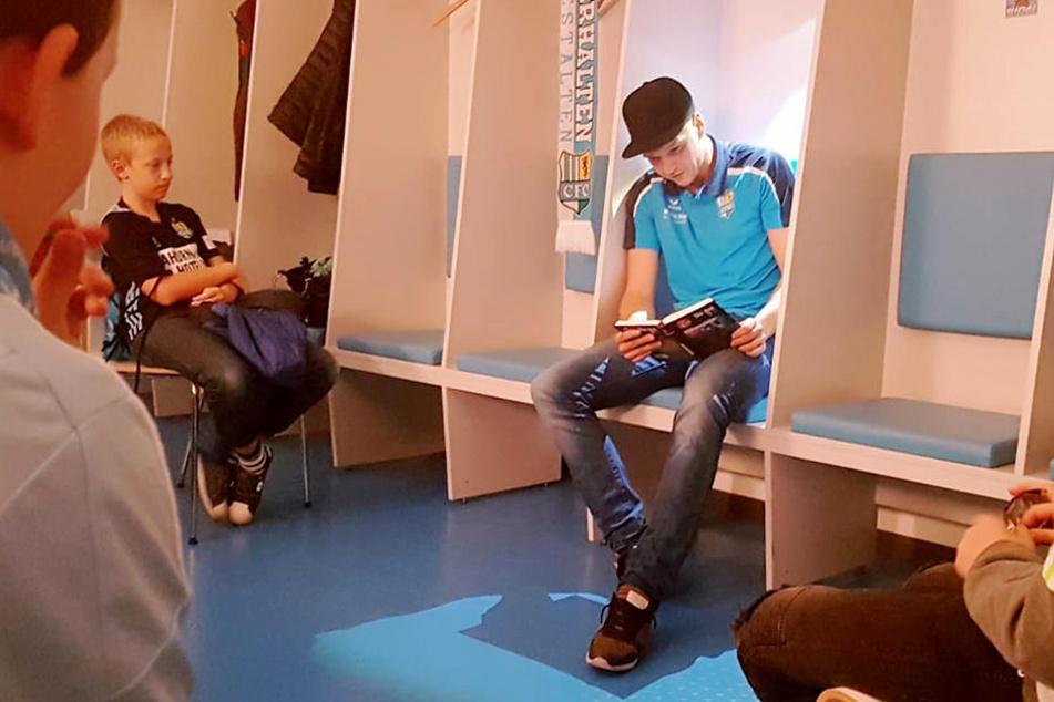"""CFC-Star Daniel Frahn (31) machte die Kabine zum Lesesaal. Mit diesen Aktionen bringt """"C3"""" derzeit frischen Wind ins Stadion."""