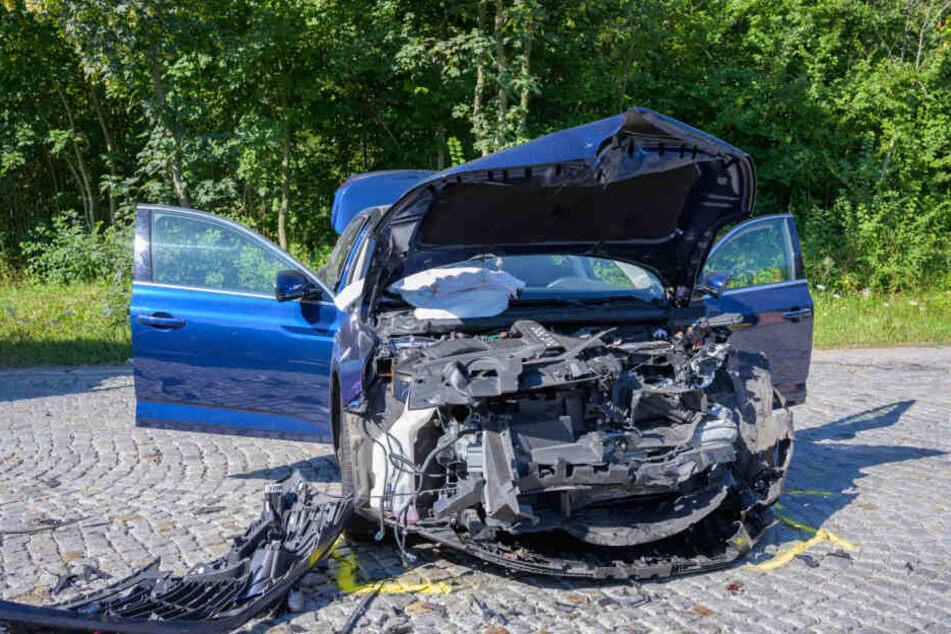Nach dem Unfall schleuderte die Autos mehrere Meter durch die Gegend.