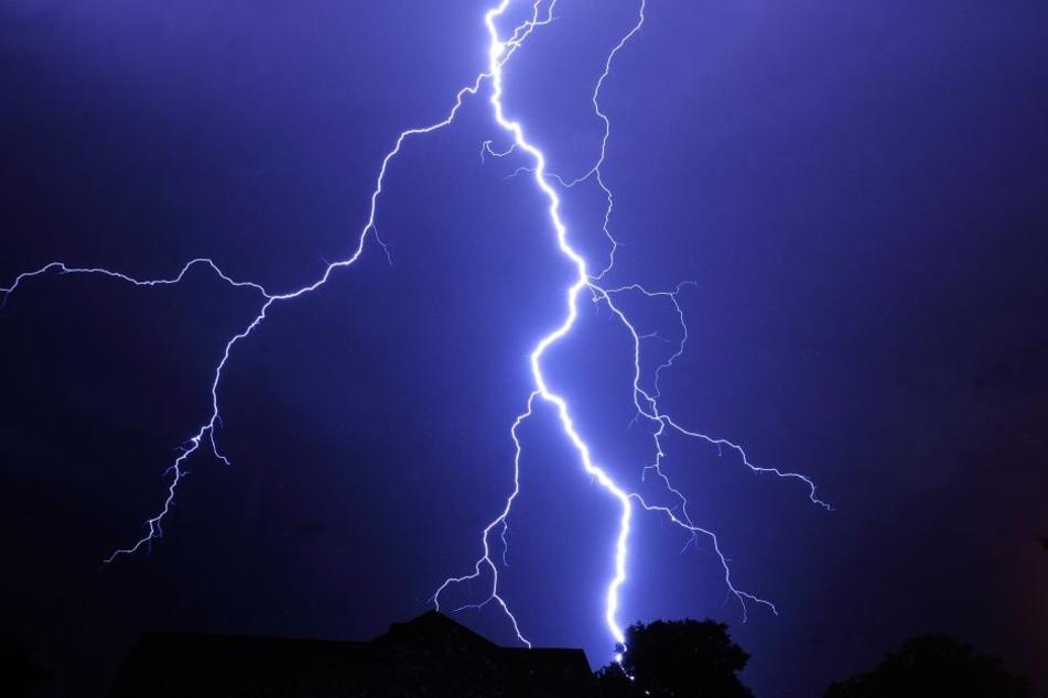 Bei einem Gewitter am Donnerstag schlug ein Blitz auf einen Campingplatz ein. (Symbolbild)