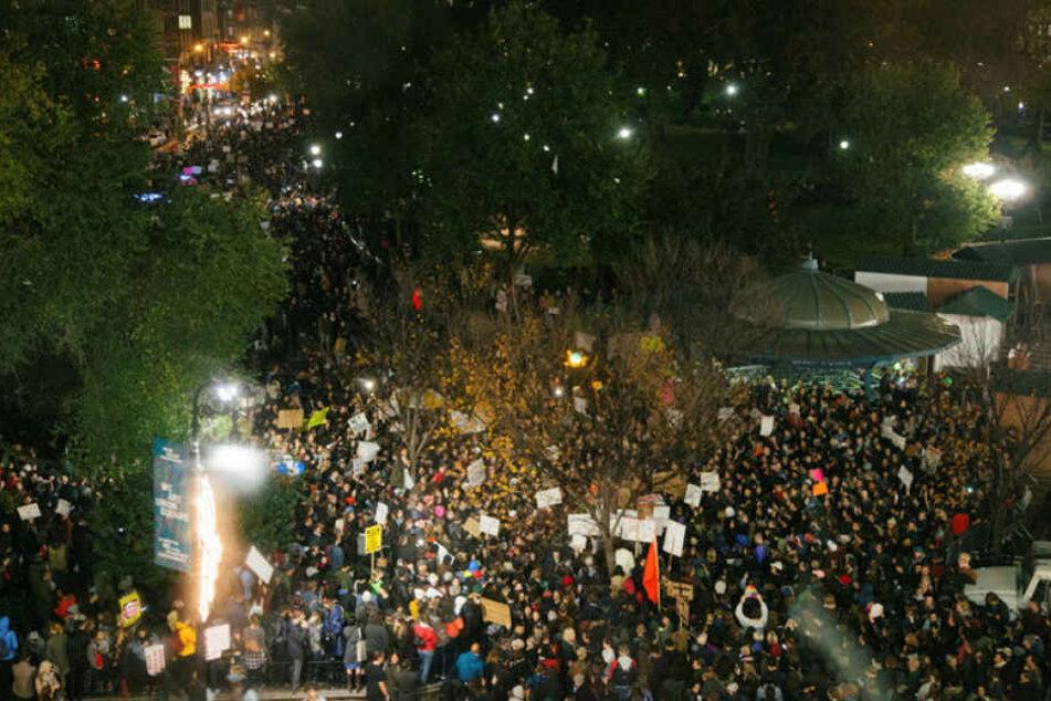 Im kalifornischen Berkeley demonstrieren Schüler und Studenten, in New York zieht eine große Menschenmenge durch die Straßen.