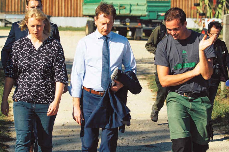 Ministerpräsident Michael Kretschmer (43, CDU) traf sich gestern mit Stationsleiterin Annett Hertweck (43, l.) und Schäfer Felix Wagner.