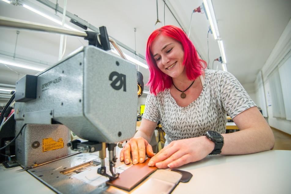 Sattlerin Nina Uhl (23) hat ein Händchen für die schöne Verarbeitung von Leder.