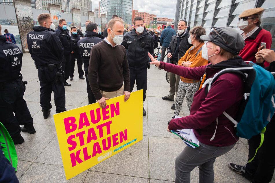 """Berlins stellvertretender FDP-Landesvorsitzender Sebastian Czaja (37, M.) und Demo-Initiatorin Karin Baumert (r.) unterhalten sich am Rande einer Demonstration unter dem Motto """"Gegen den Mietenwahnsinn""""."""