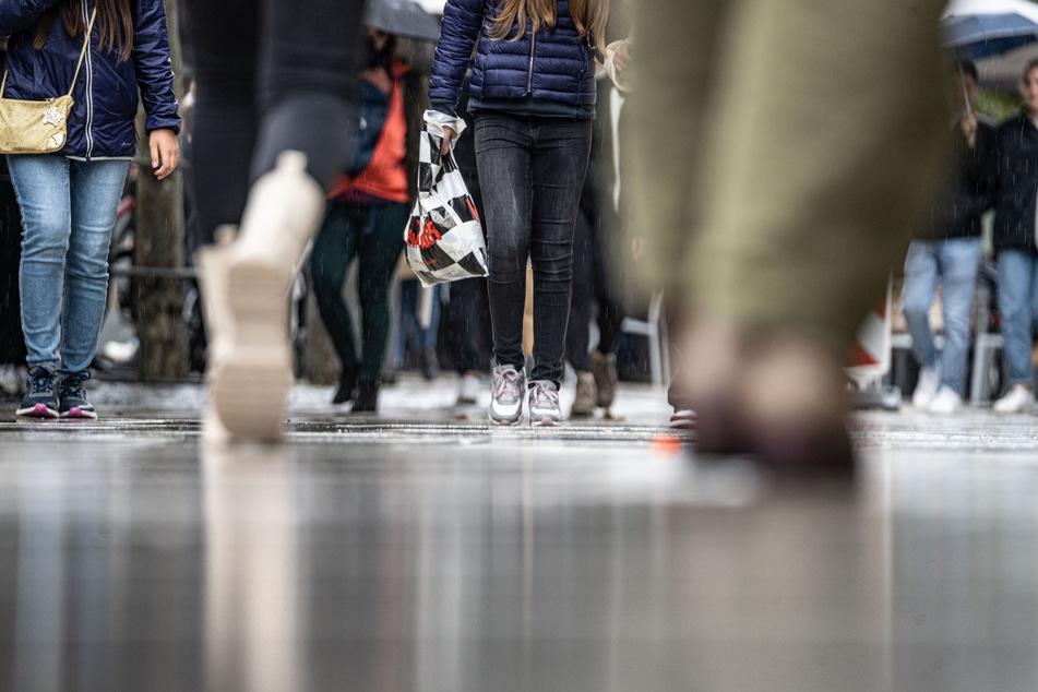 In Deutschland nimmt das Infektionsgeschehen nach wochenlanger Stagnation wieder etwas Fahrt auf.