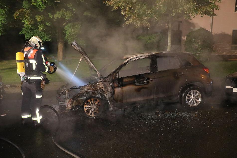 Trotz aller Bemühungen vonseiten der Feuerwehr brannte das Auto vollständig aus.