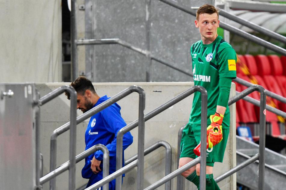 Sein letzter Kabinengang als Stammtorwart des FC Schalke 04? Markus Schubert (r.) wurde nach dem Düsseldorf-Spiel und vor der Bremen-Partie von Trainer David Wagner zur Nummer zwei degradiert.