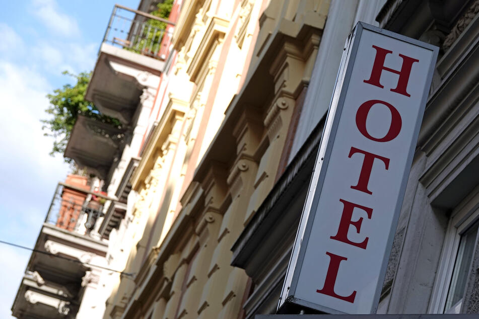 Ein Schriftzug eines Hotels in der Nähe des Hamburger Hauptbahnhofs. Touristen können in der Hansestadt nun wieder übernachten.