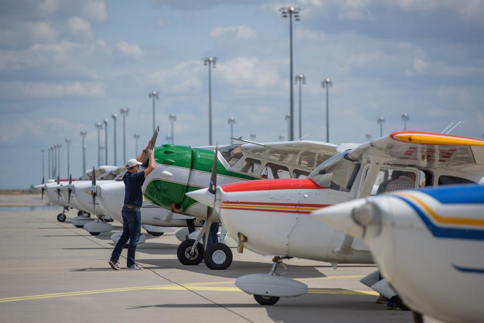Pilot Michael Graewe bereitet seine Cessna C 195A aus den 1950er Jahrten auf den Start vor.