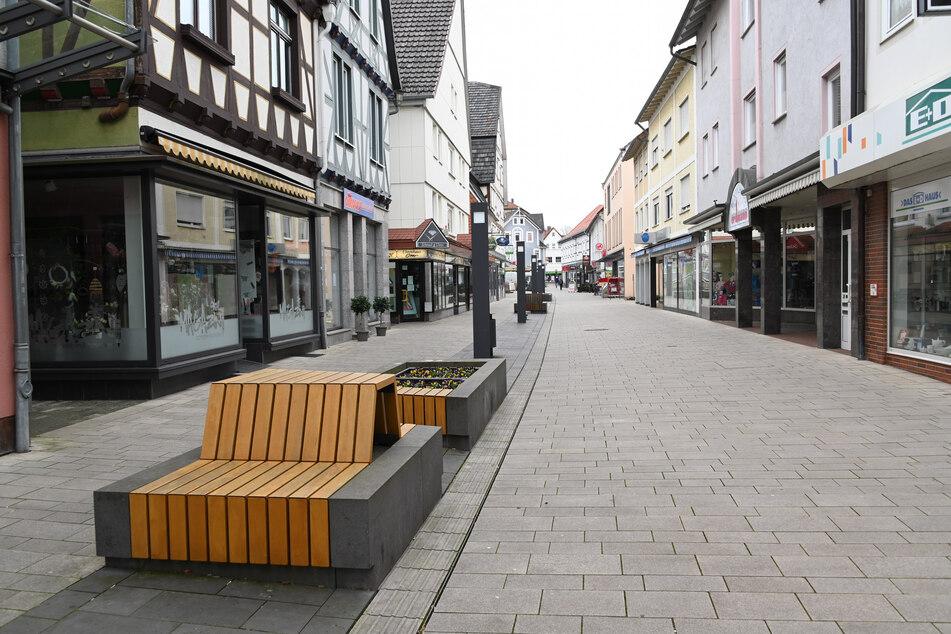 Wie ausgestorben ist um die Mittagszeit die Fußgängerzone in Hofgeismar (Hessen) mit ihren zahlreichen kleinen, aber geschlossenen Läden. (Archivbild)