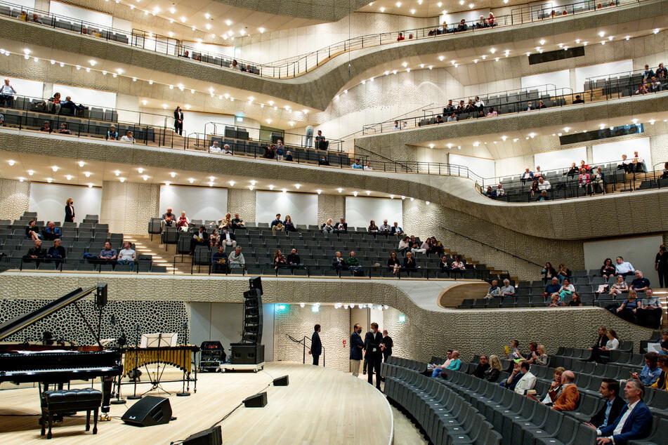 """Besucher warten auf den Beginn des Konzertes """"Come together"""" in der Elbphilharmonie."""