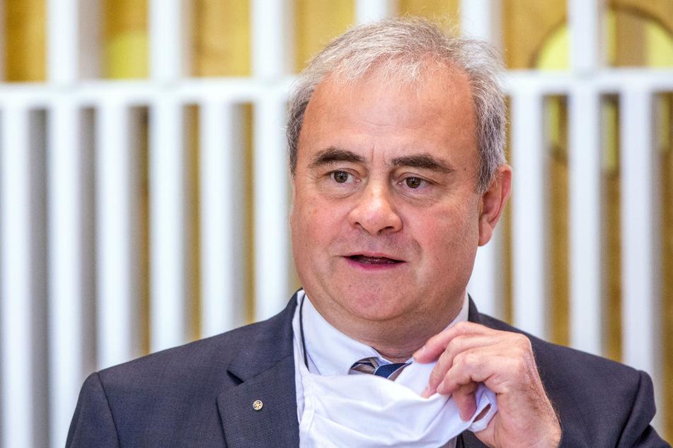 Emil Reisinger (62) leitet die Abteilung für Tropenmedizin und Infektiologie der Unimedizin Rostock. (Archivbild)