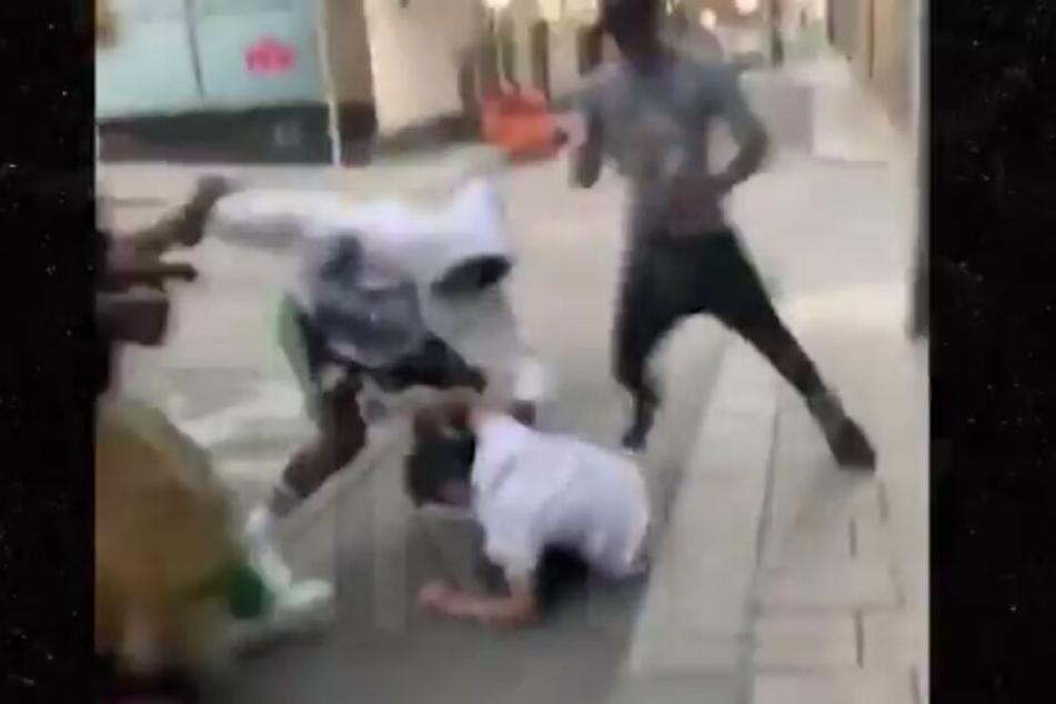 Der Mann liegt schon auf dem Boden. Trotzdem schlagen und treten der Rapper und seine Crew weiter auf ihn ein.