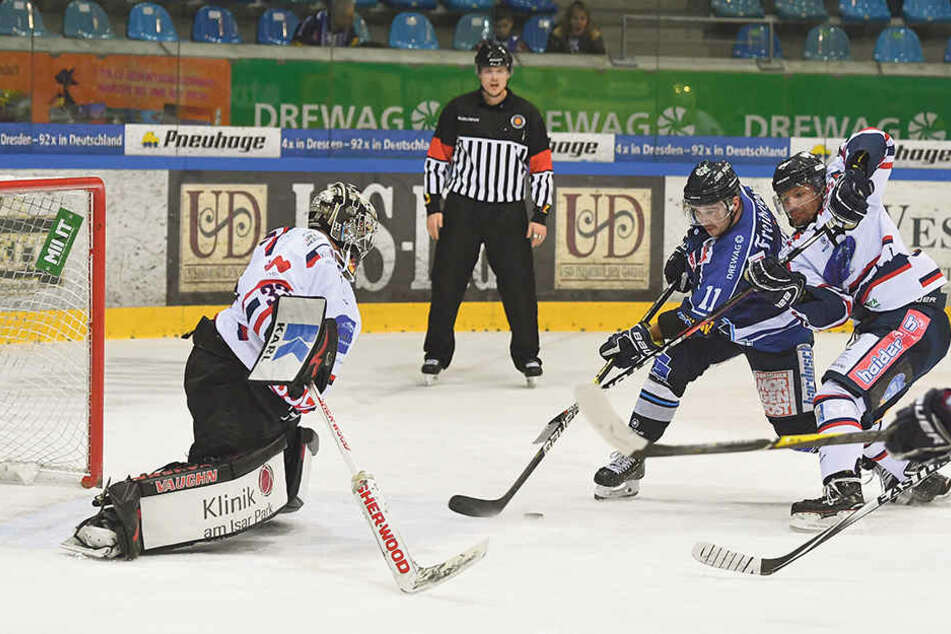 Chancen hatte Eislöwen-Stürmer Steven Rupprich (2.v.r.) in den letzten Spielen viele, aber am Freitag netzte er endlich mal ein.