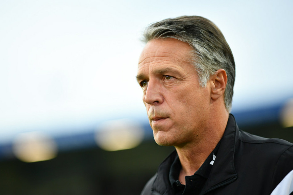 Ratloser Blick bei Dynamo-Coach Uwe Neuhaus.