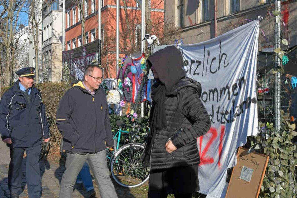 Gemeinsam mit Revierleiter Sven Fischer (41) besuchte Ortsamtsleiter André Barth (52) die Hausbesetzer.