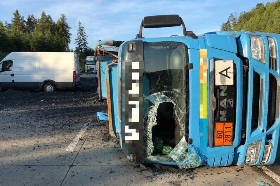 Der Laster kippte auf die Seite verteilte sein gefährliches Gut auf der kompletten Fahrbahn.