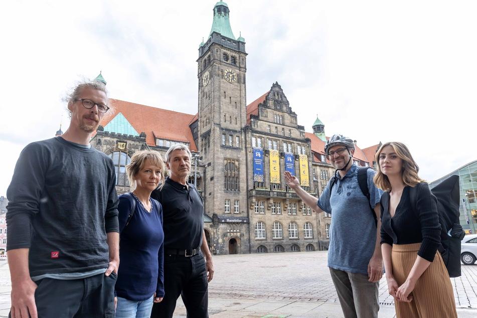 Umweltschützer um Thomas Gottschalk (44, l.) und Victoria Teuchert (20, r.) wollen ein riesiges Klimabanner ans Rathaus hängen.