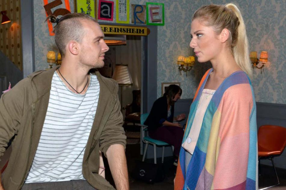Chris (Eric Stehfest) schafft es einfach nicht, Sunny (Valentina Pahde) seine Gefühle zu gestehen.