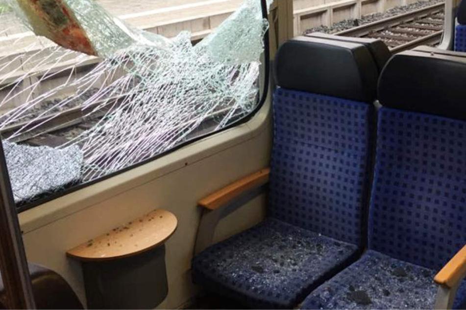 Schock bei der Zugfahrt: Metallklappe durchschlägt Fensterscheiben