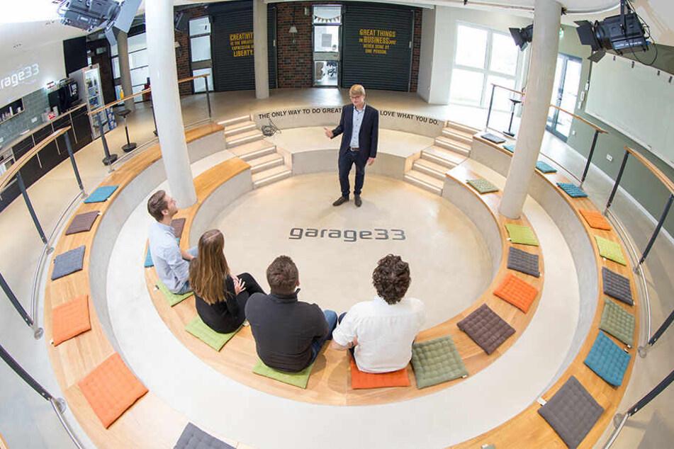 Sebastian Vogt, Geschäftsführer des TecUP der Universität Paderborn, steht in den Räumen der Garage 33.