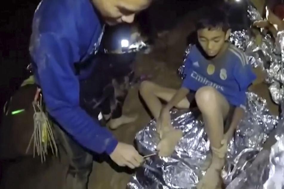 Die in der Höhle gefangenen Fußballjungen werden von den Navy Seals bis zur Rettung mit Nahrung und Medikamenten versorgt.