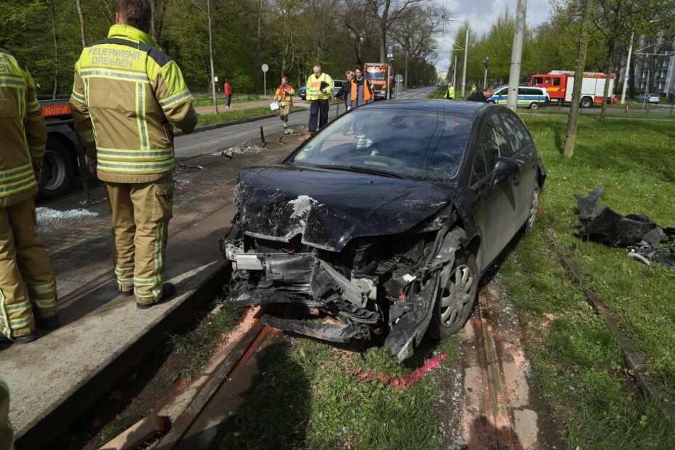 Das Auto wurde am Hecke getroffen und schleuderte dann an der Lipsiusstraße in die Haltestelle.