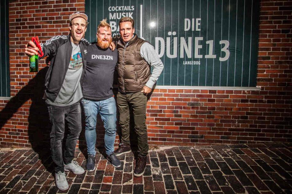 """Luke Mockridge, Ron Riekarski und Jürgen Milski vor der """"Düne 13""""."""