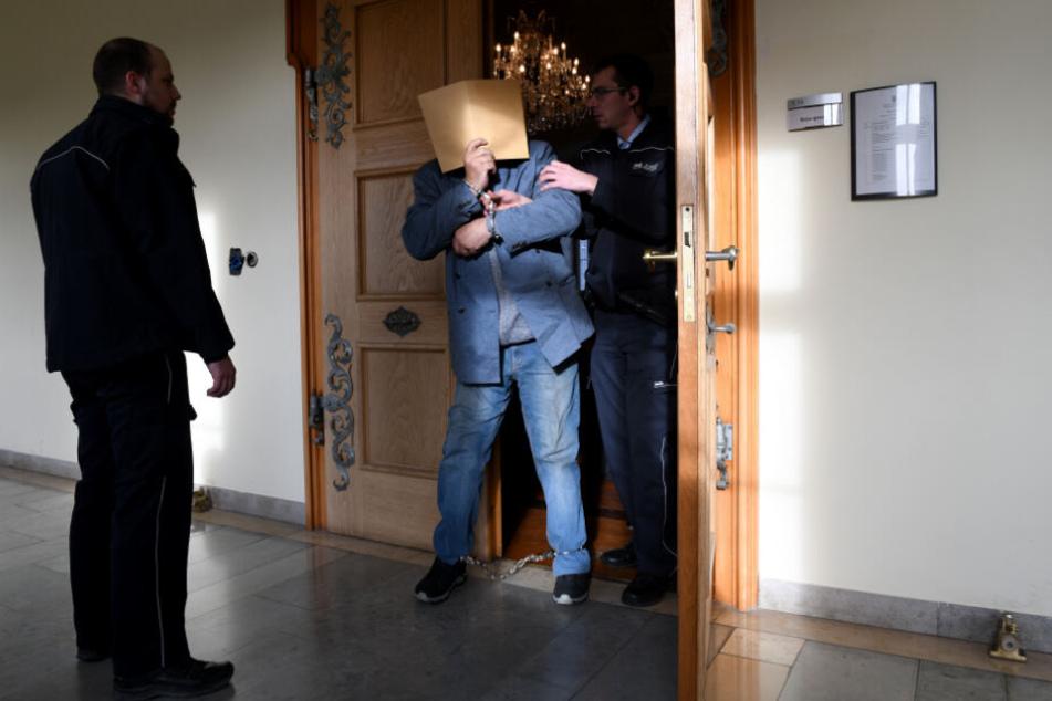26. November 2019: Der gefesselte Vater verlässt den Sitzungssaal.