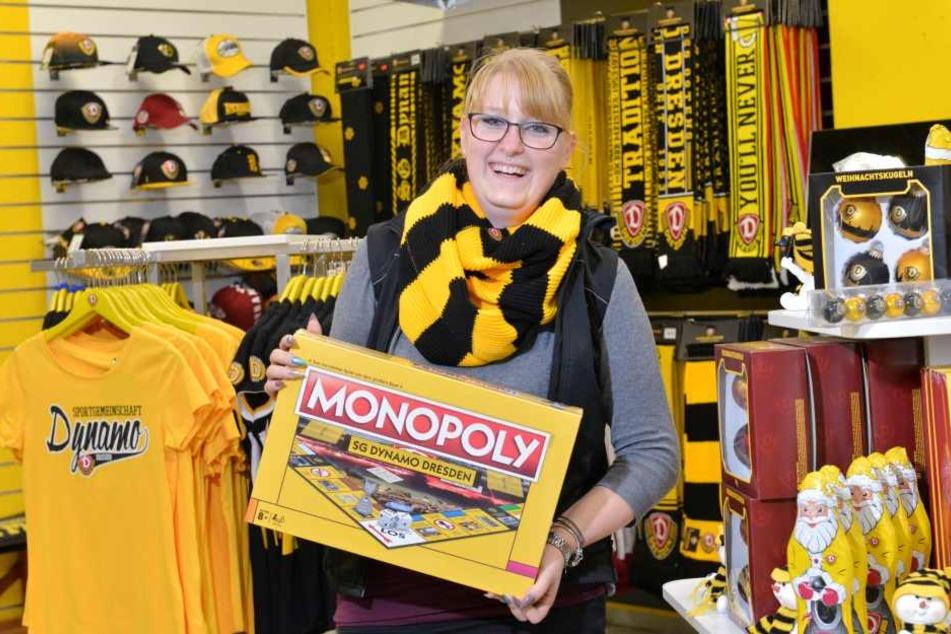 Stefanie Reichardt, Mitarbeiterin im Fanshop, zeigt das neue Brettspiel für alle Dynamo-Fans.