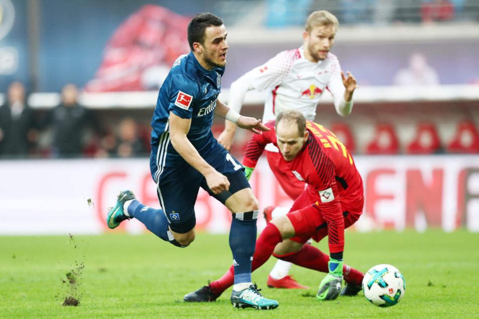 Der Ausgleich: Filip Kostic (vorn) umkurvt Torhüter Peter Gulacsi. Konrad Laimer (hinten) sprintet hinterher und versucht das Gegentor zu verhindern - vergeblich.