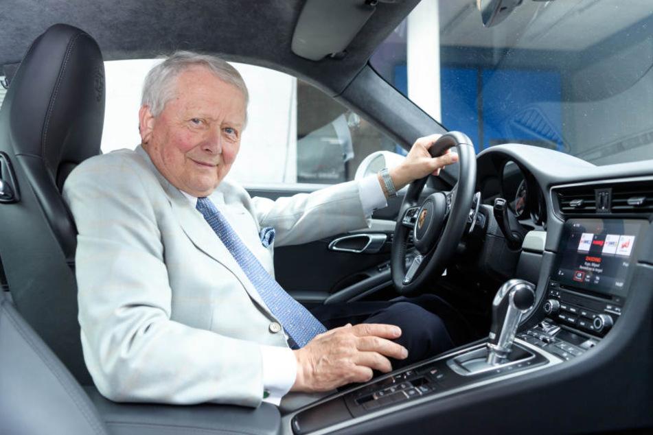 Wolfgang Porsche, Aufsichtsratsvorsitzender der Porsche AG, sitzt in einem Porsche 911.