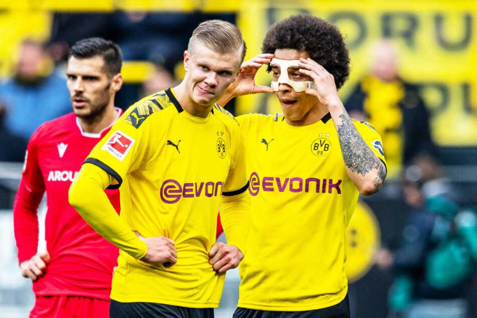 Zwei Torschützen auf einem Bild: Erling Haaland (vorne-links) traf zweimal und holte den Elfmeter raus, Axel Witsel erzielte das 4:0.