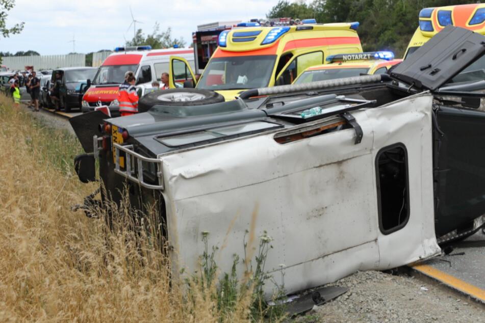 Heftiger Unfall auf der A4: Geländewagen kippt nach Crash mit Kleinbus um