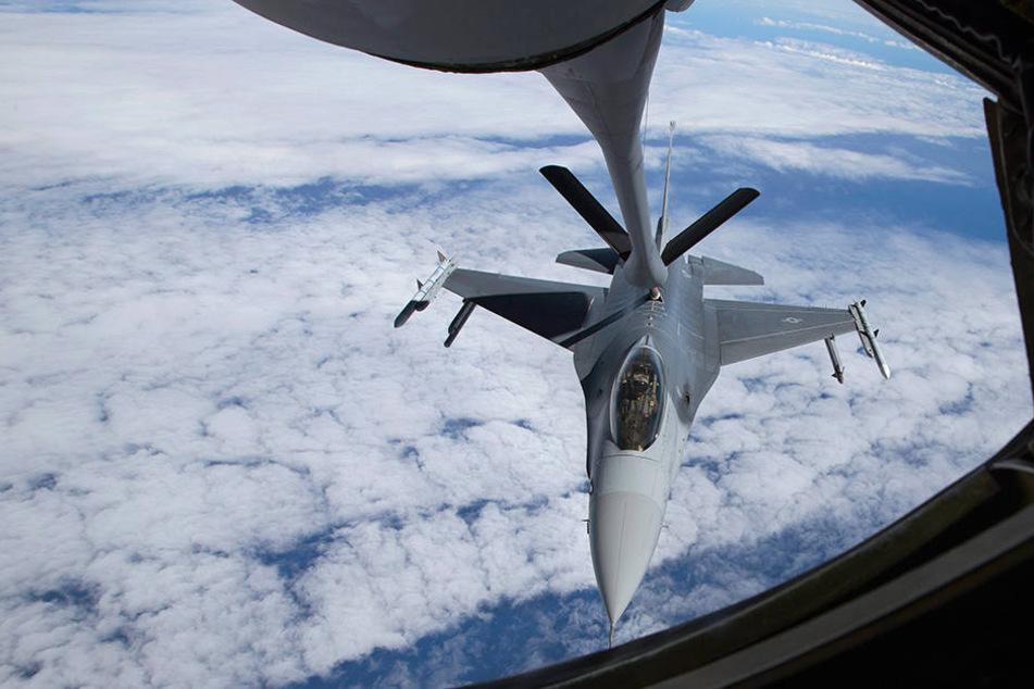 Zwei niederländische F-16-Kampfjets mussten aufsteigen. (Symbolbild)