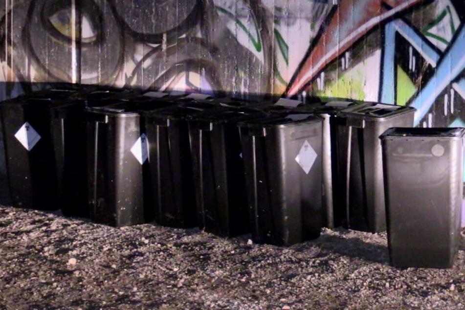 Die vergessenen Mülltonnen in Düsseldorf hatten ein Warnzeichen an der Seite.