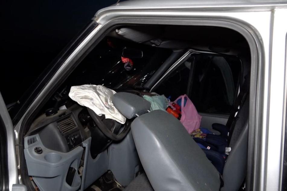 Eines der beiden Kinder, die auf Kindersitzen neben dem Fahrer saßen, starb noch am Unfallort.