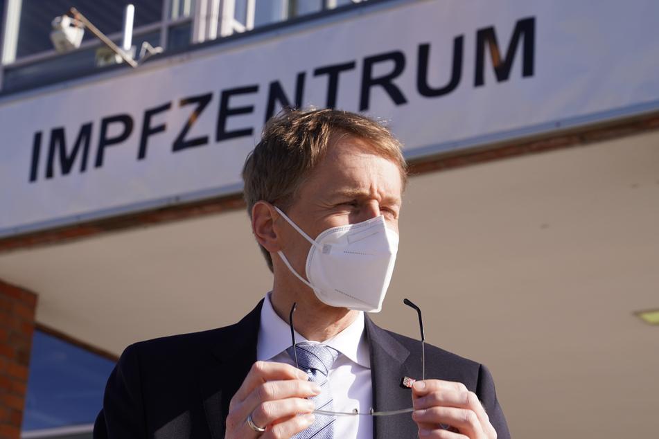 Daniel Günther (CDU), Ministerpräsident von Schleswig-Holsteins, steht vor dem Impfzentrum Husum.