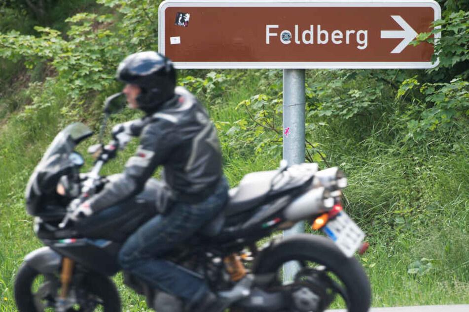 Das Foto aus dem Juni 2019 zeigt einen Motorradfahrer bei der Abfahrt vom Feldberg-Gipfel.